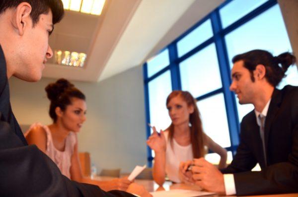 外国人の会議風景